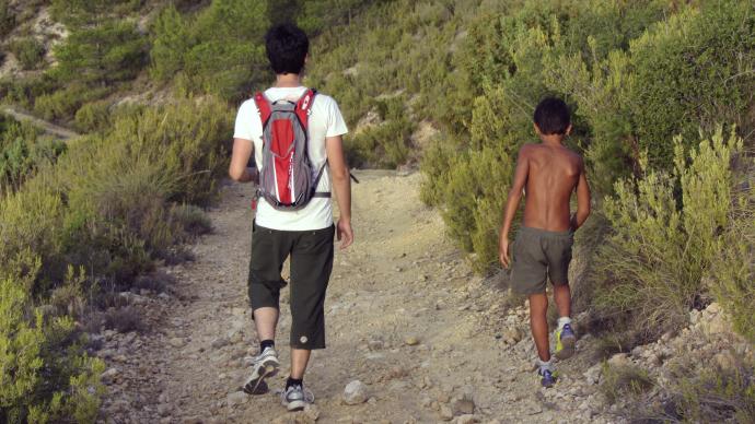 Conversando con un niño por el camino