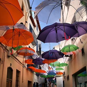Calle adornada de paraguas abiertos