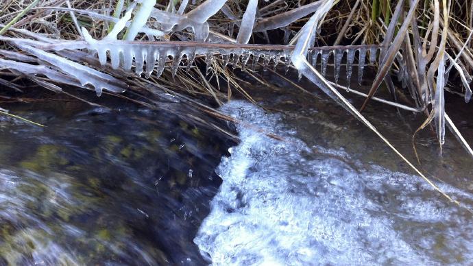 Estalactitas de hielo sobre el rio